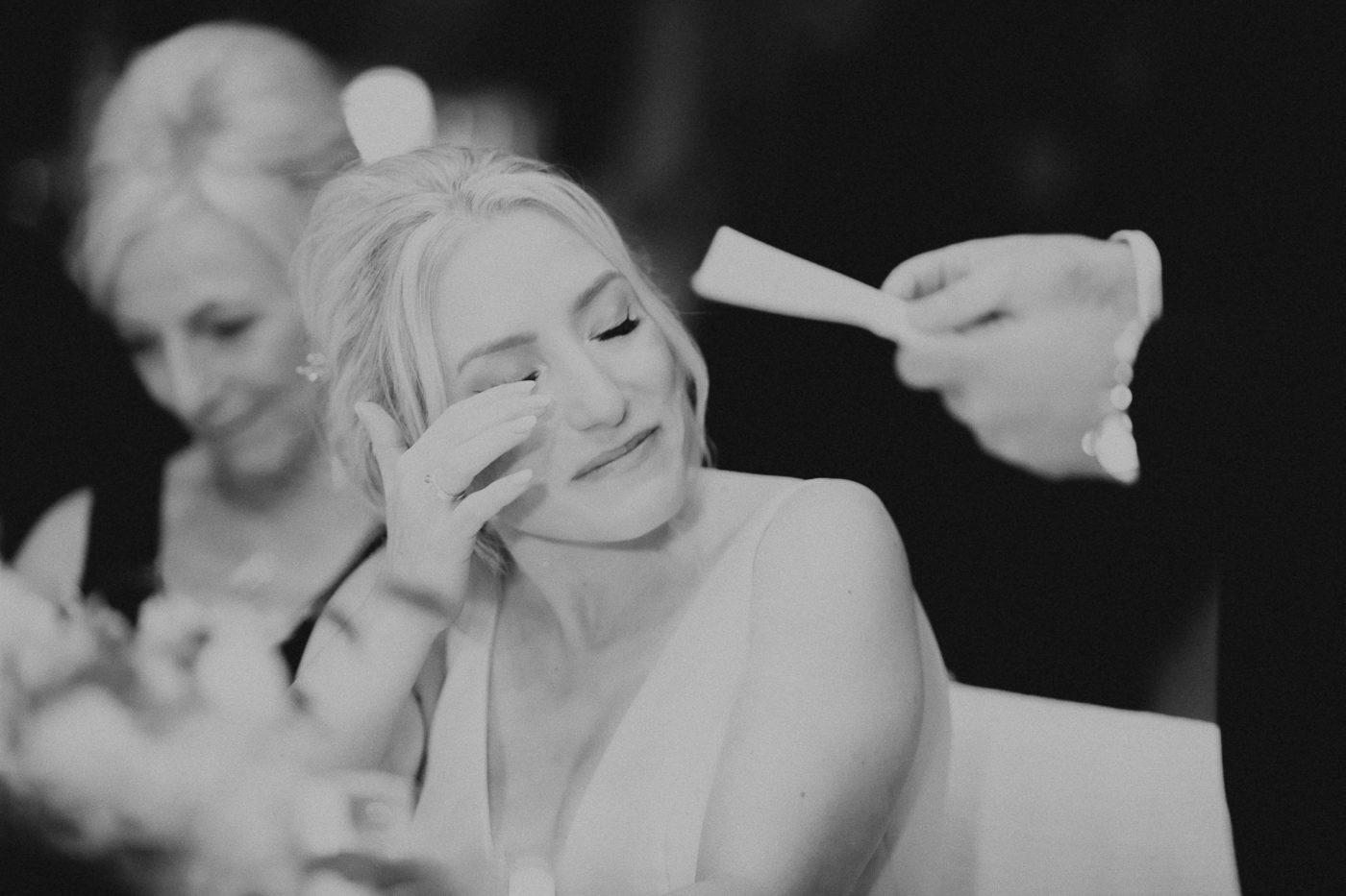 Die Braut ist zu Tränen gerührt