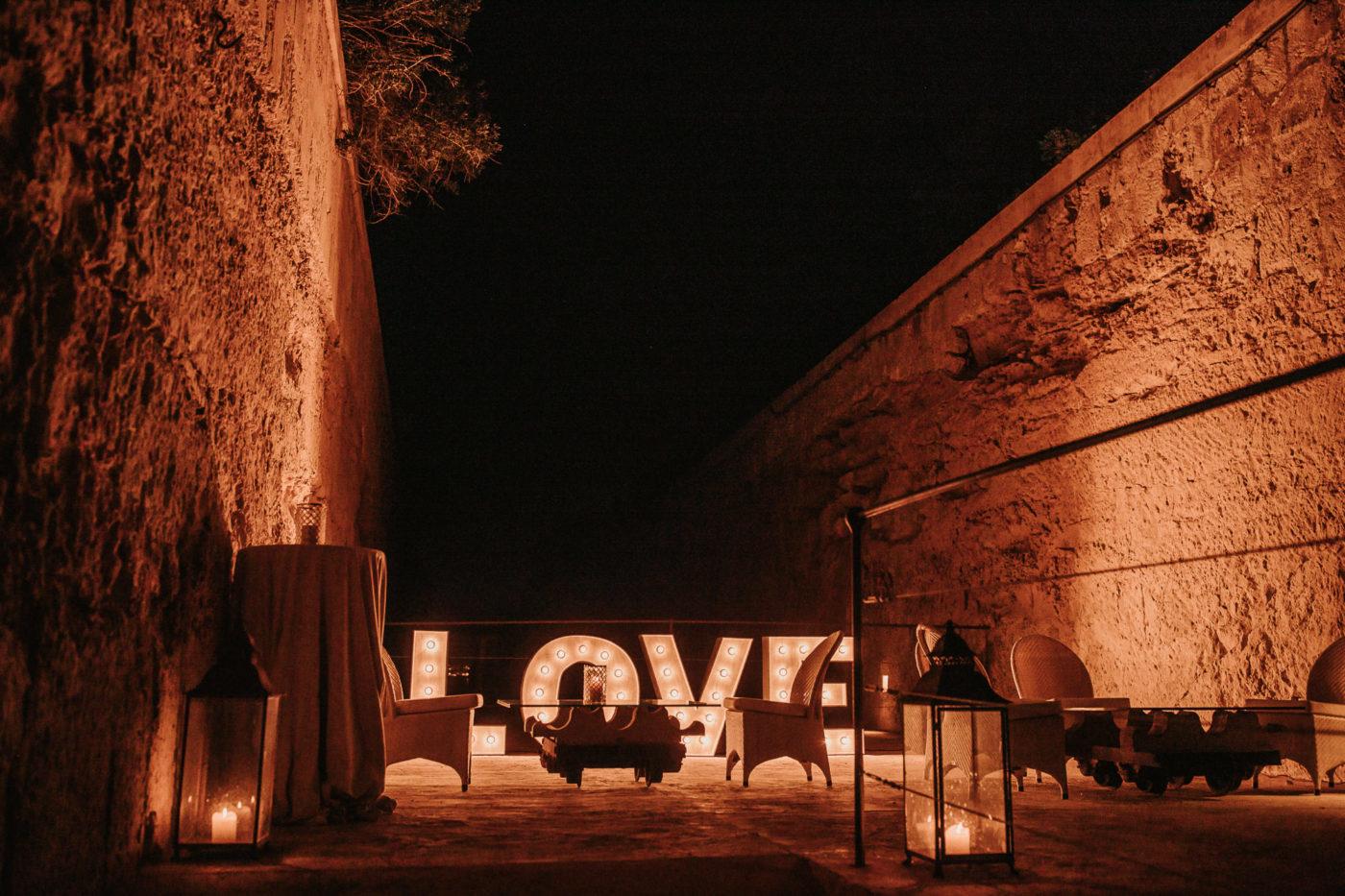Der Party Sitzbereich im Cap Rocat mit grossen Love Buchstaben