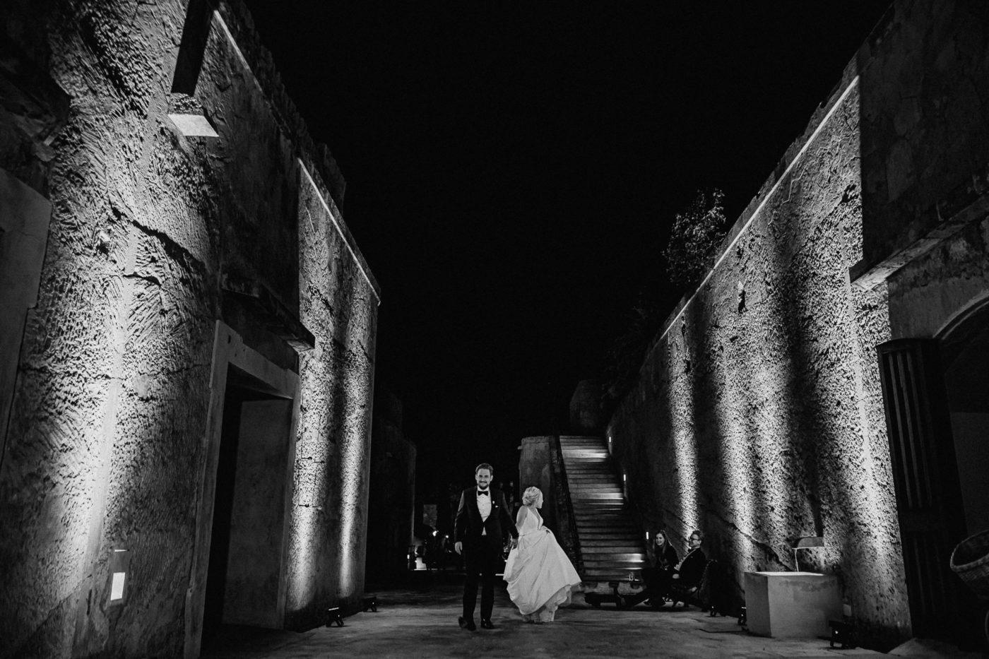 Das Brautpaar freut sich auf die Hochzeitsparty