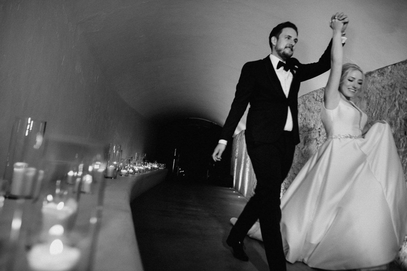 Das Brautpaar auf dem Weg zur Party im Cap Rocat