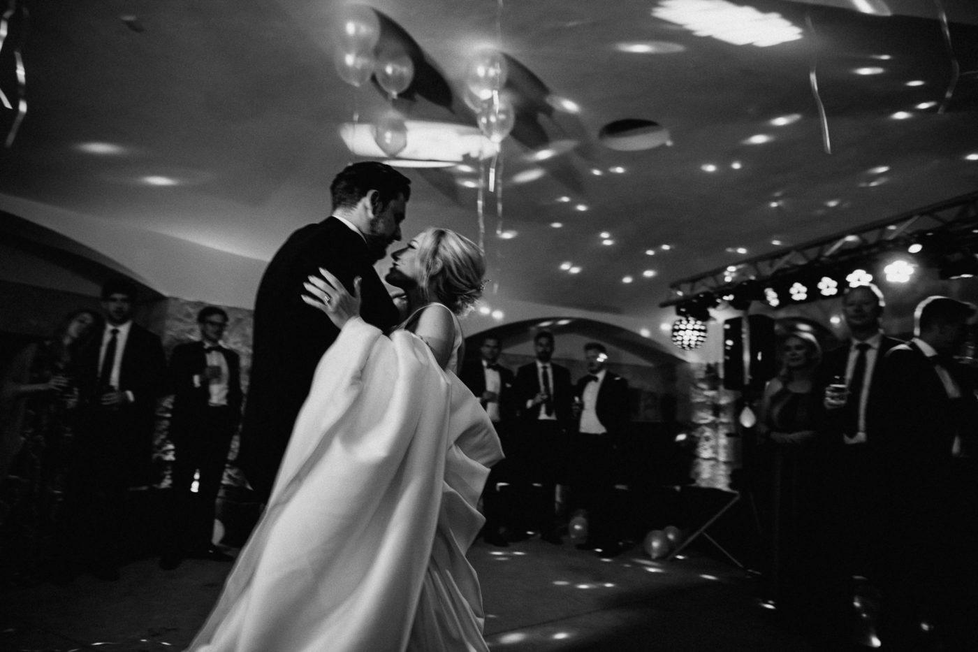 Verliebte Blicke vom Brautpaar während des Hochzeitstanzes