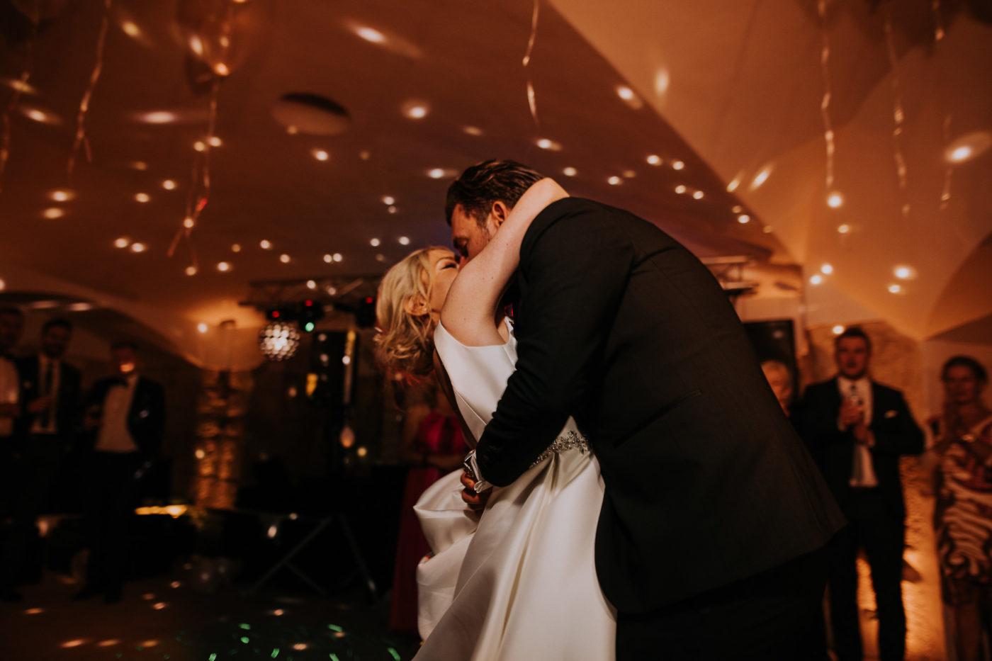 Ein Brautkuss während des Hochzeitstanzes