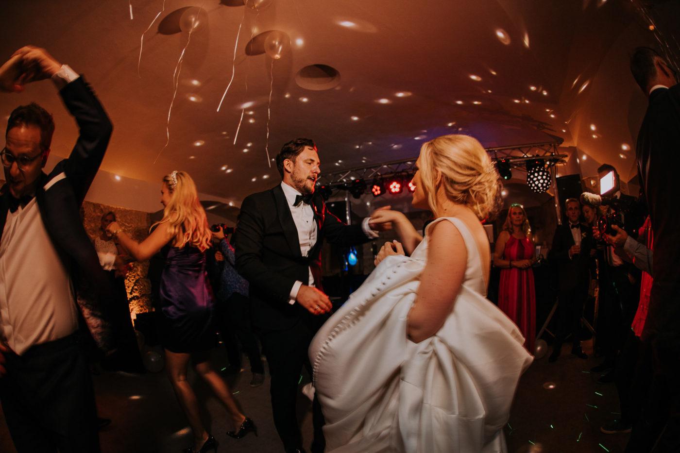 Das tanzende Brautpaar während der Party im Bunker von Cap Rocat