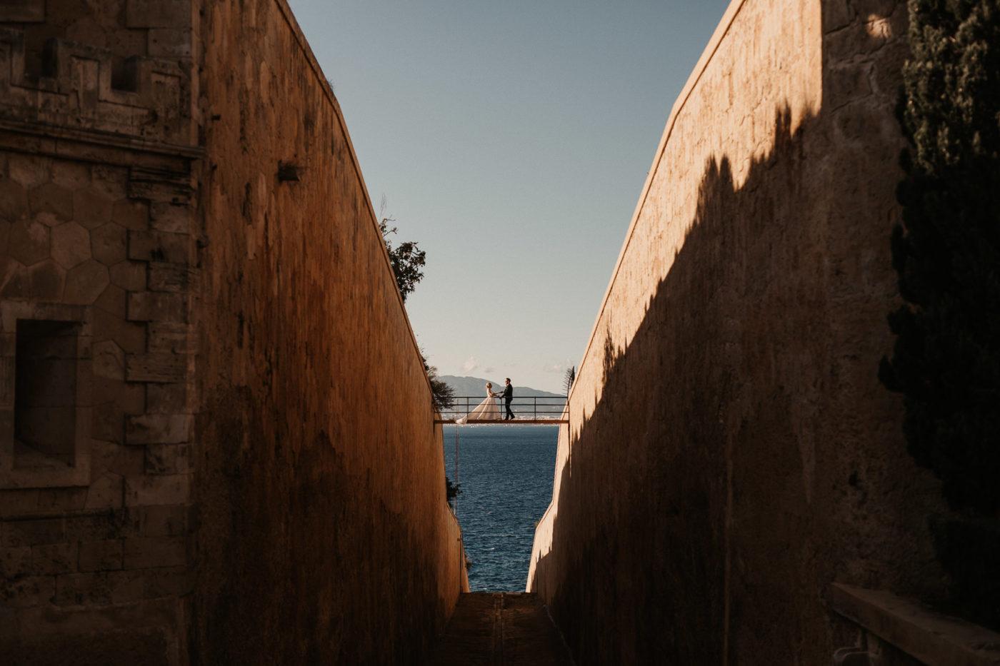 Spektakulärer Blich auf das Braupaar und der schönen Cap Rocatbrücke