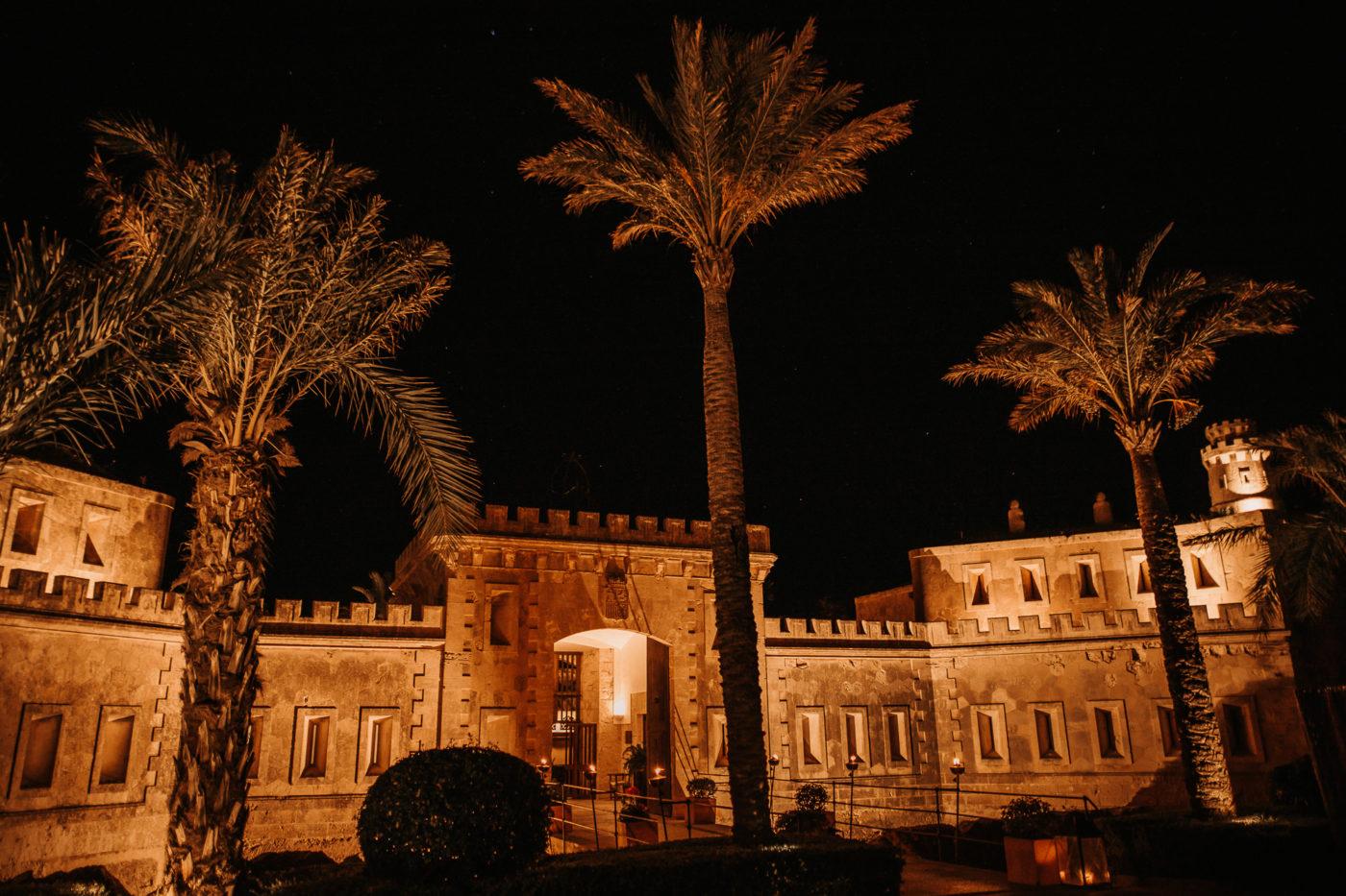 Das Eingangstor von Cap Rocat bei Nacht