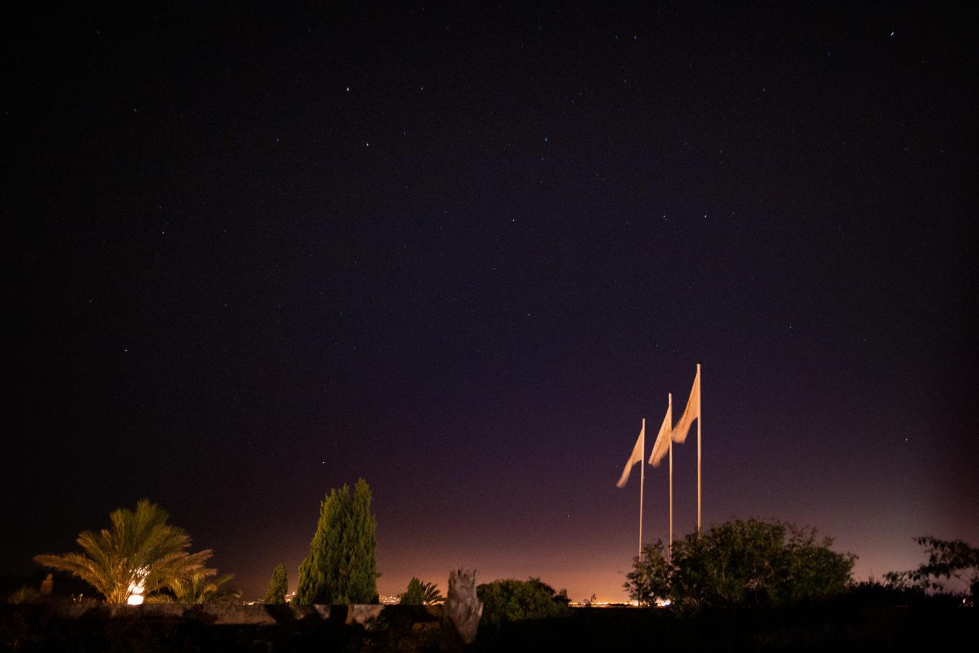 Der Ausgang der Hochzeitslocation Cap Rocat bei Nacht
