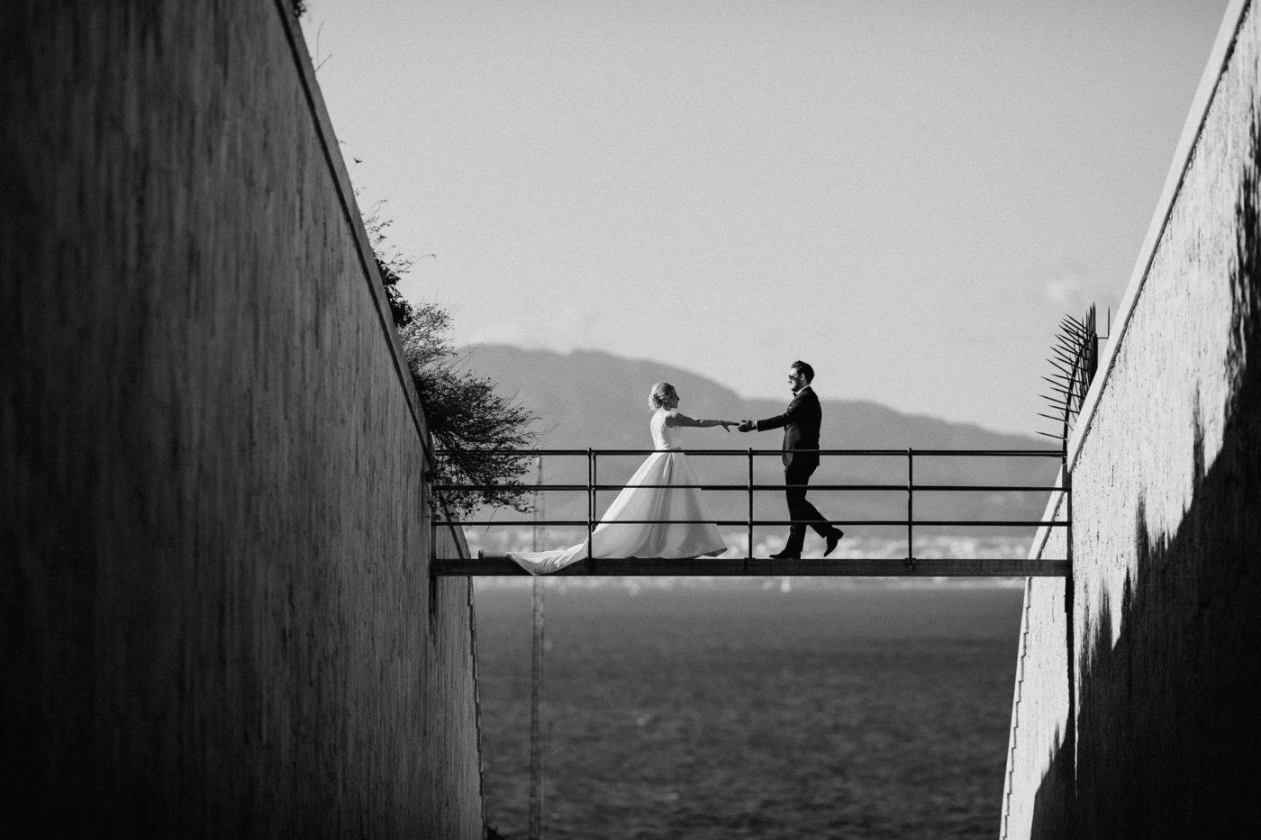 Das Brautpaar trifft sich auf der Cap Rocat Brücke