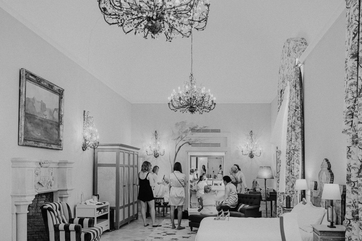 Die Braut wird frisiert in einer der schönsten Zimmer der Hochzeitslocation Sa Torre auf Mallorca