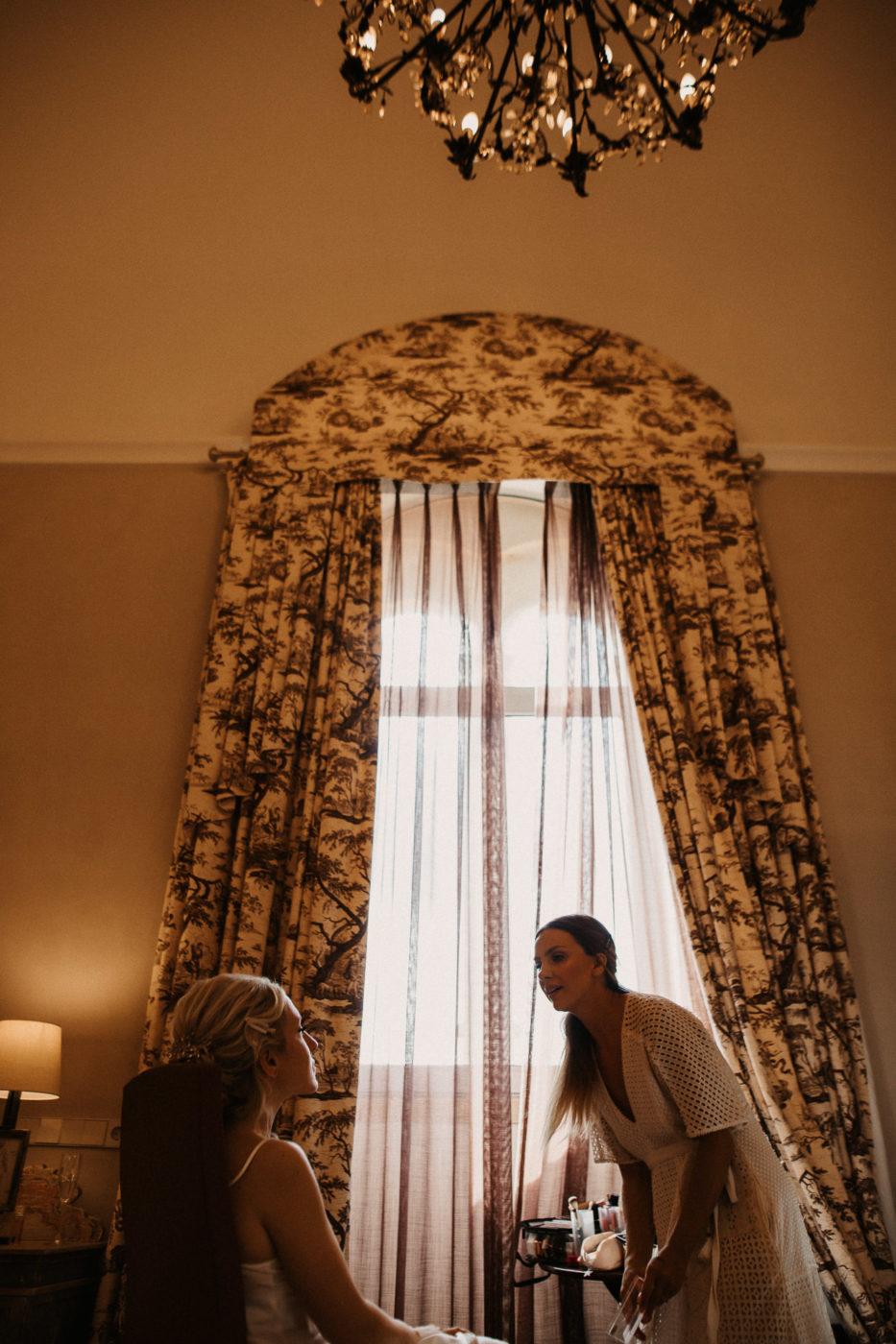 Während des Schminkens der Braut im Hotel Sa Torre