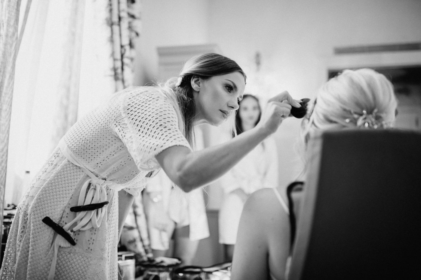 Die Make up Artistin Marta Lula auf Mallorca während sie die Braut schminkt