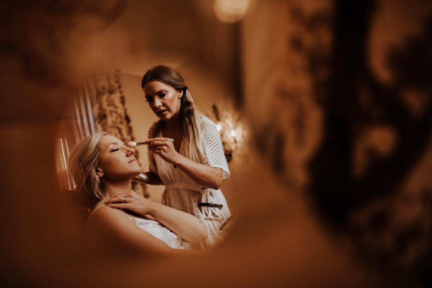 Nahaufname der Braut beim Schminken von der Make up Artistin Marta Lula