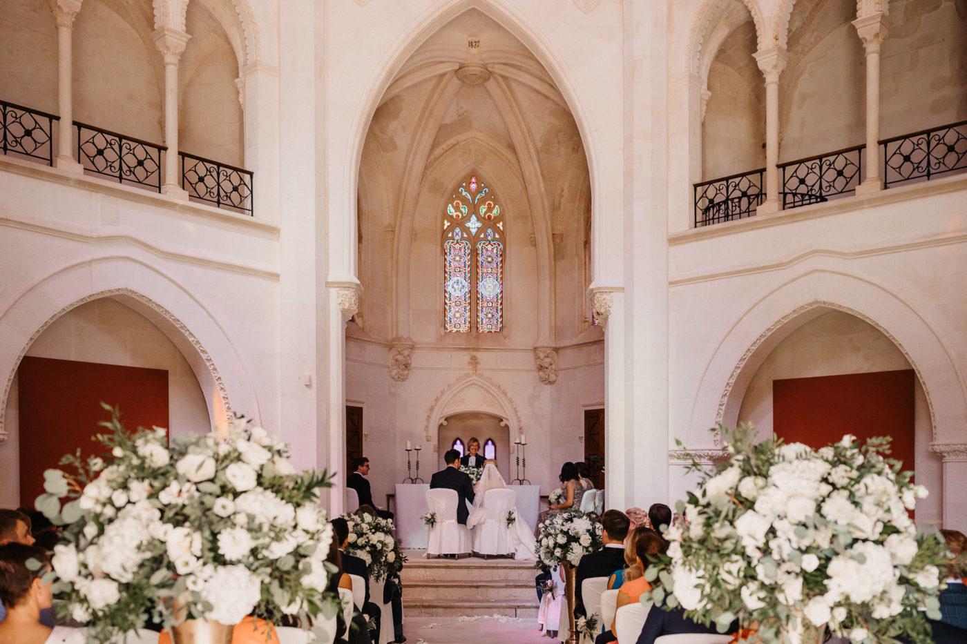 Die Pfarrerin Heike Stijohann und das Brautpaar während der Zeremonie in der Kapelle des Hotels Sa Torre