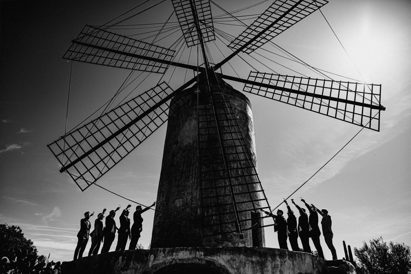 Gruppenfoto mit den Jungs an der Getreidemühle des Hotels Sa Torre