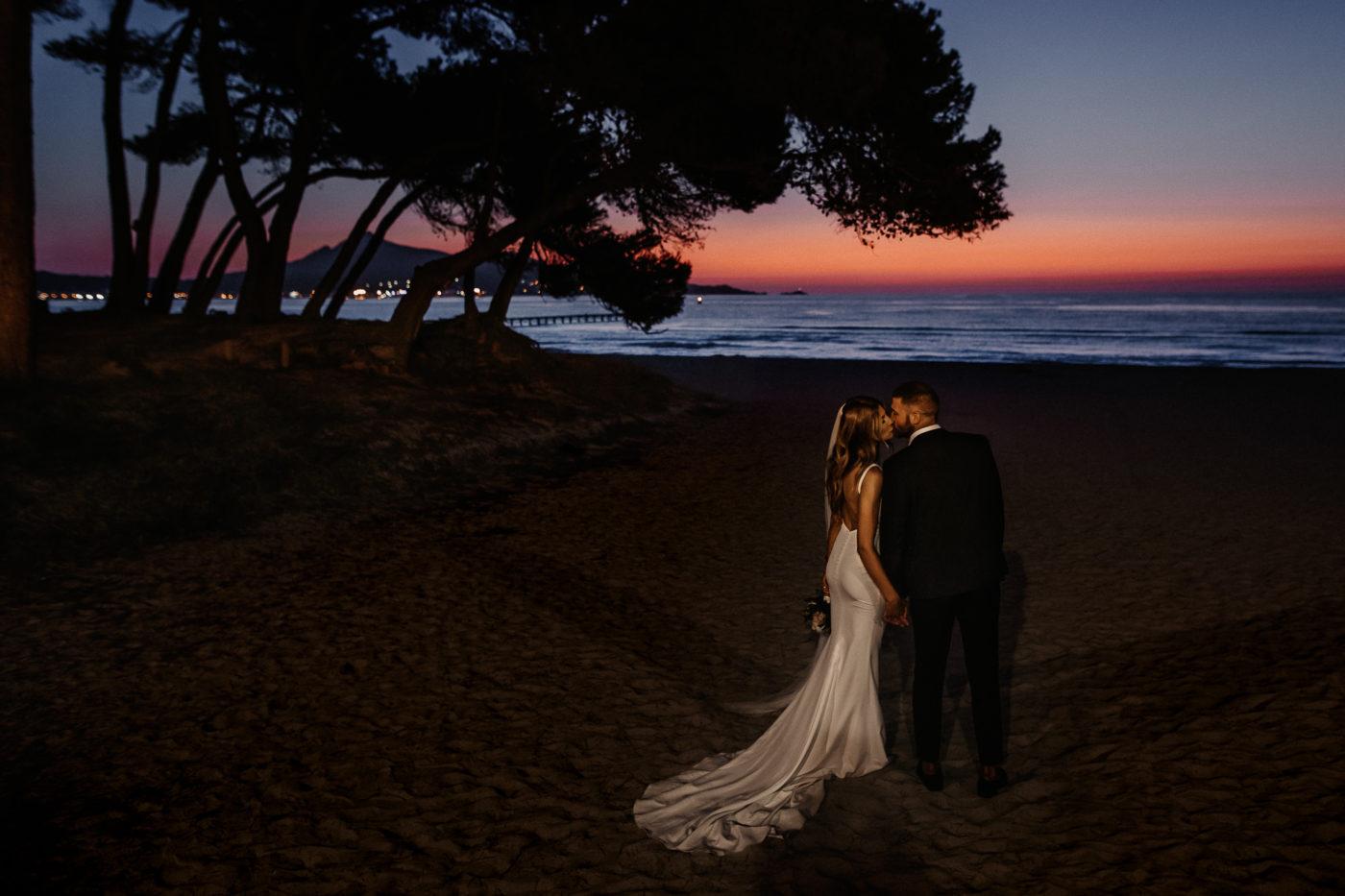 Brautpaar zum Sonnenaufgang auf Mallorca am Strand