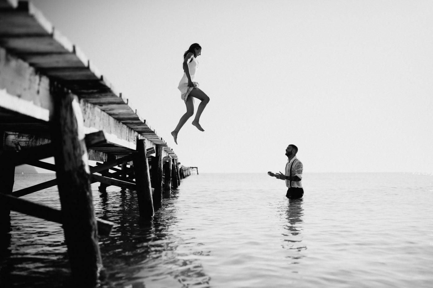 Die Braut springt in voller Montur zum Bräutigam ins Wasser